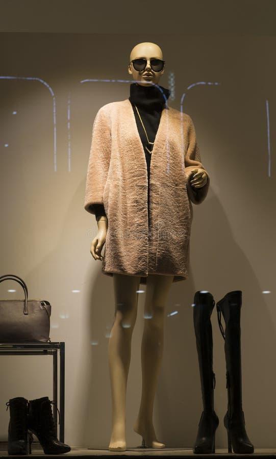 Façonnez le viseur de boutique avec le mannequin, fenêtre de vente de magasin, fenêtre de magasin d'habillement de femme image stock