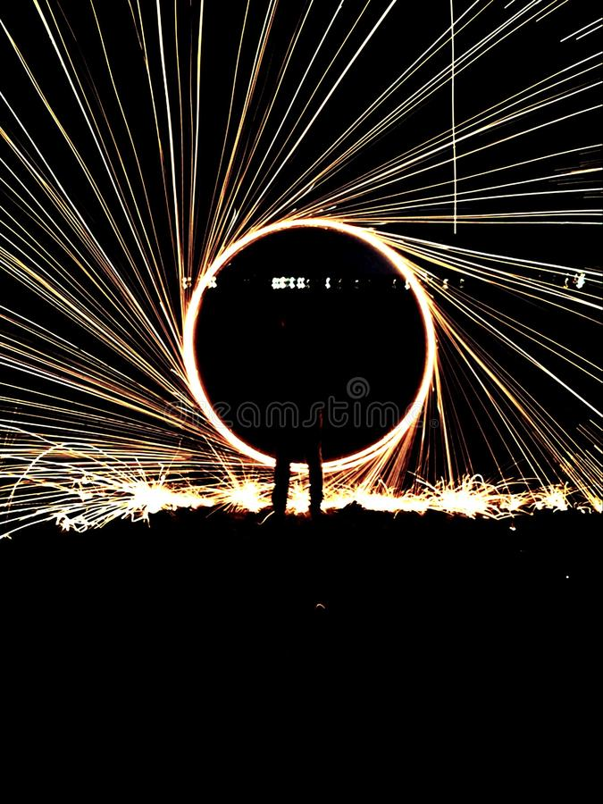 Faíscas que voam no céu noturno imagens de stock