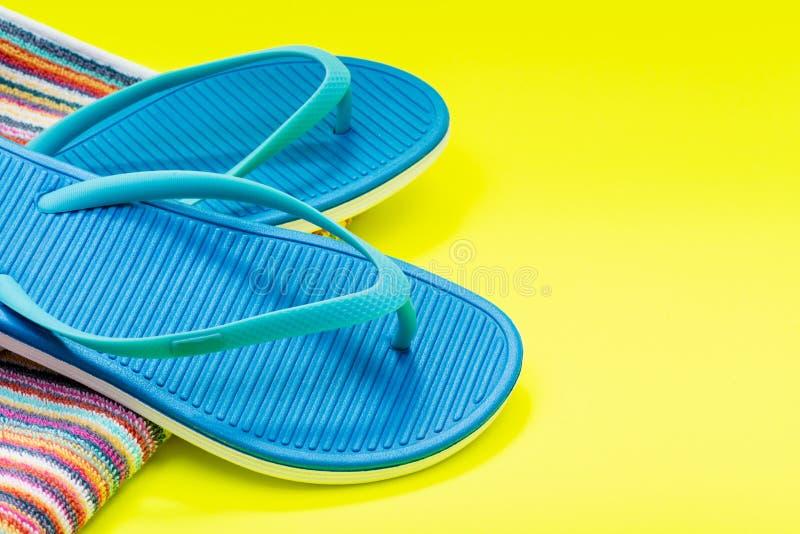Fałdowi Kolorowi Pasiaści Organicznie Bawełniani Plażowi ręczniki i Błękitne trzepnięcie klapy na jaskrawym kolorze żółtym zdjęcie royalty free