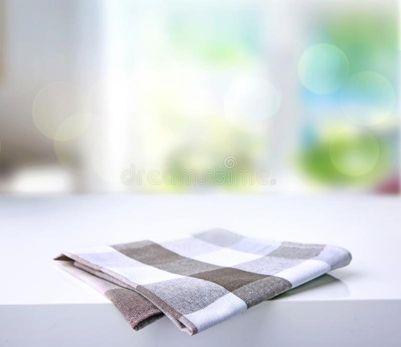 Fałdowy kuchenny w kratkę ręcznik na stole zdjęcie royalty free