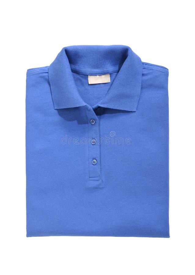 Fałdowy polo koszula królewski błękit odizolowywający na bielu fotografia stock