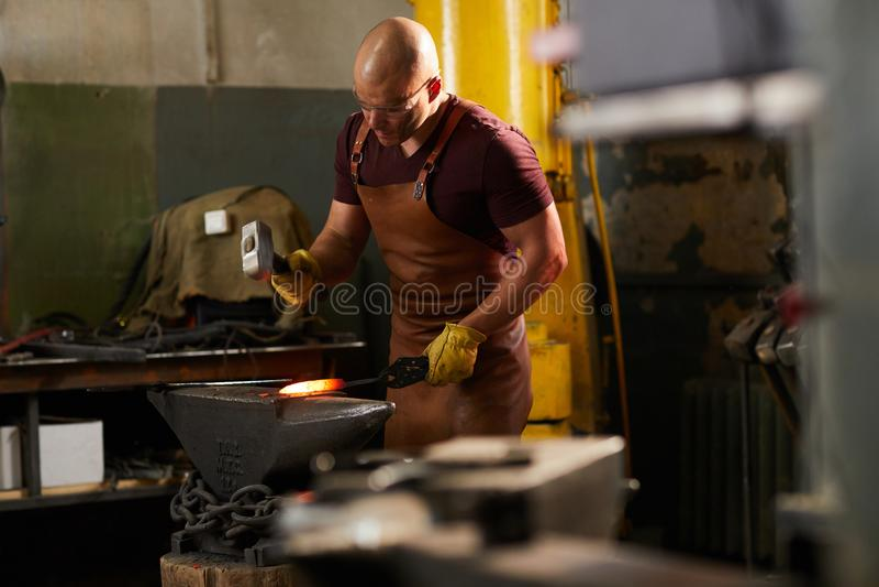 Fałszować gorącego metal z młotem zdjęcie stock