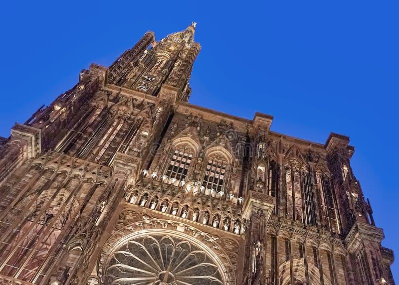 Fa?ade lumineuse de la cath?drale de Notre Dame ? Strasbourg la nuit photo libre de droits