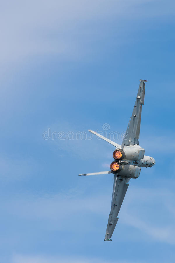 FA-18 avispón, vista posterior en vuelo fotografía de archivo
