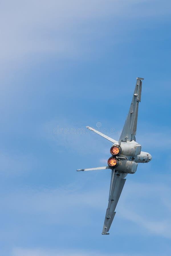 FA-18 calabrone, retrovisione in volo fotografia stock