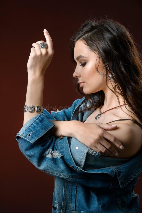 Fa?onnez ? style la longue femme de cheveux avec la collection argent?e de luxe d'accessoire et de bijoux images stock