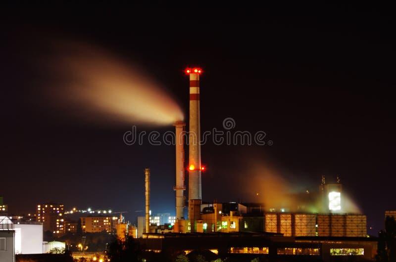 Fabbrica alla notte fotografia stock libera da diritti