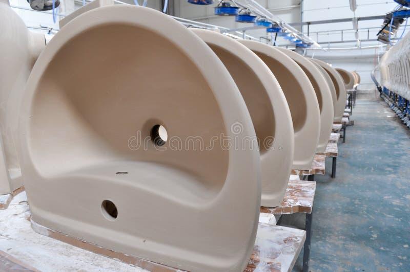 Fabbrica ceramica del lavandino fotografia stock libera da diritti