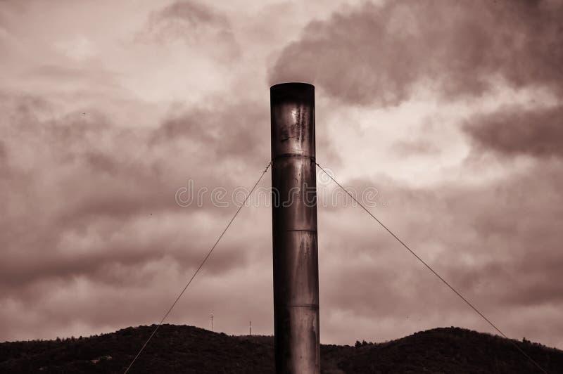Fabbrica con il camino del fumo fotografie stock libere da diritti