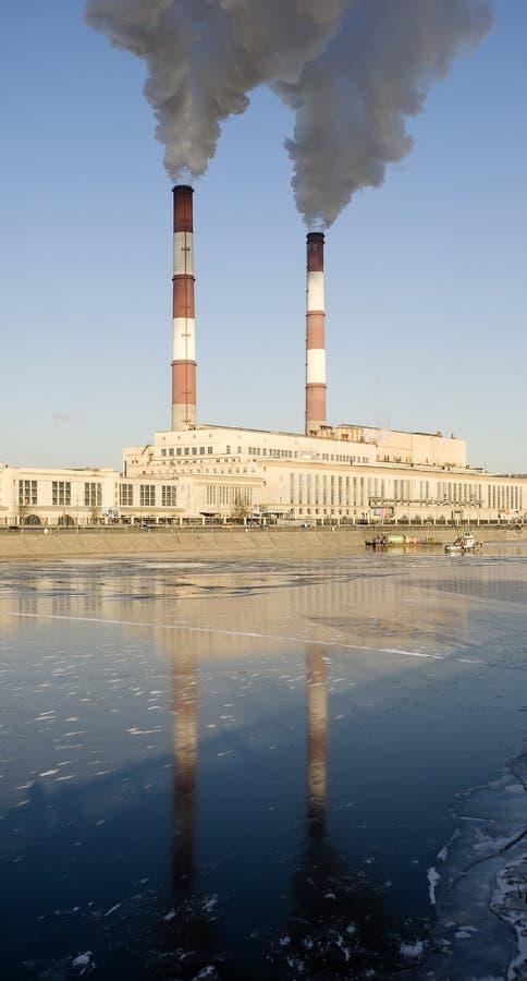 Fabbrica del carbone in città fotografia stock