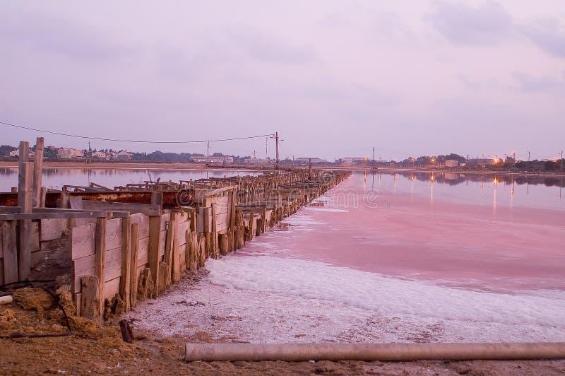 Fabbrica del sale nel tramonto fotografia stock libera da diritti