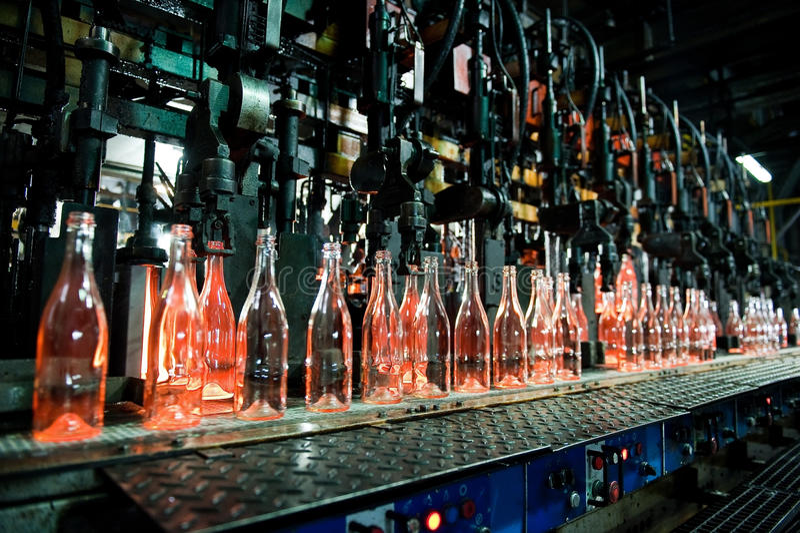 Fabbrica della bottiglia, fila delle bottiglie di vetro immagini stock