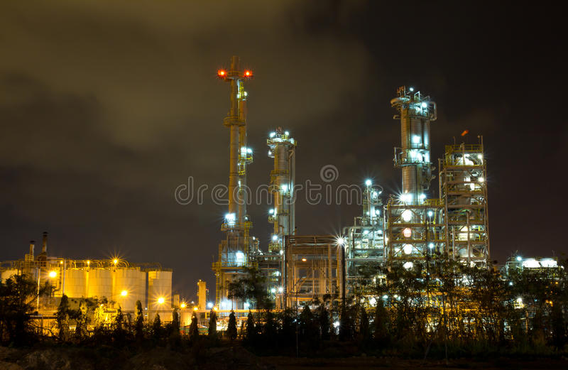 Fabbrica della raffineria di petrolio alla notte fotografia stock