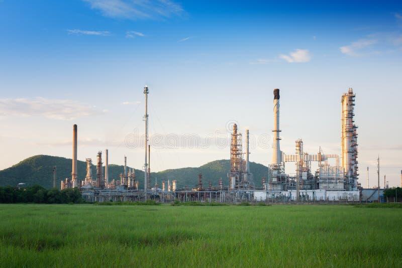 Fabbrica della raffineria di petrolio di mattina, centrale petrolchimica fotografie stock
