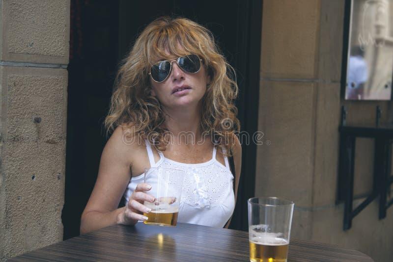 Fabbrica di birra della ragazza immagine stock