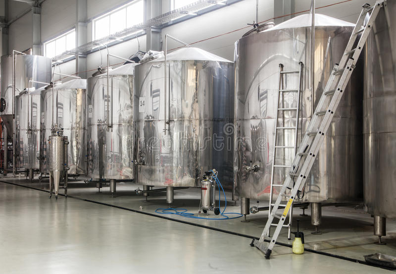 Fabbrica di birra moderna con i carri armati dell'acciaio inossidabile immagini stock libere da diritti