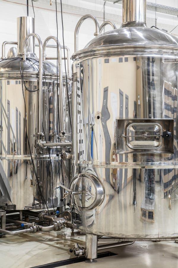 Fabbrica di birra moderna con i carri armati dell'acciaio inossidabile immagine stock libera da diritti