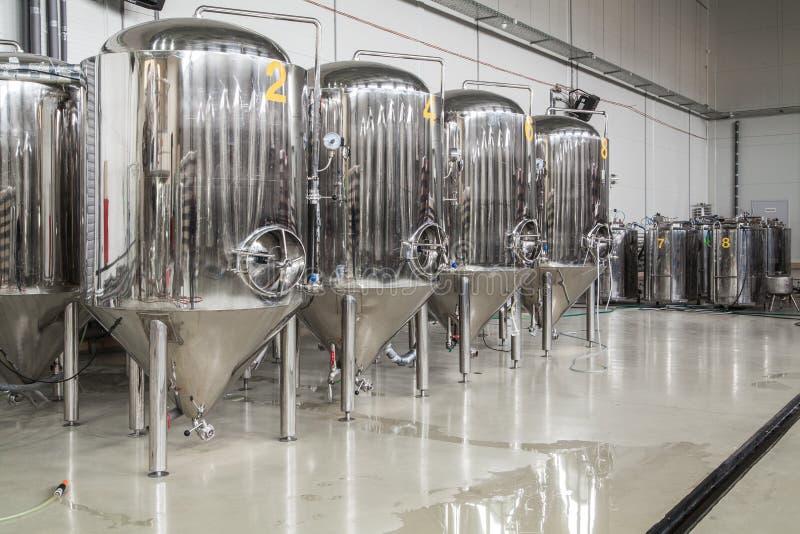 Fabbrica di birra moderna con i carri armati dell'acciaio inossidabile fotografia stock libera da diritti