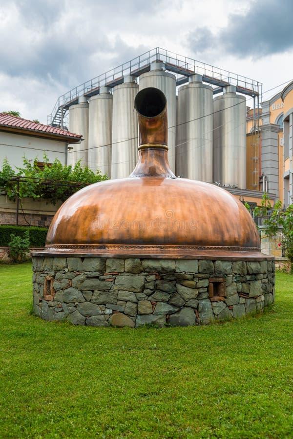 Fabbrica di birra nella città di Korce, Albania immagini stock