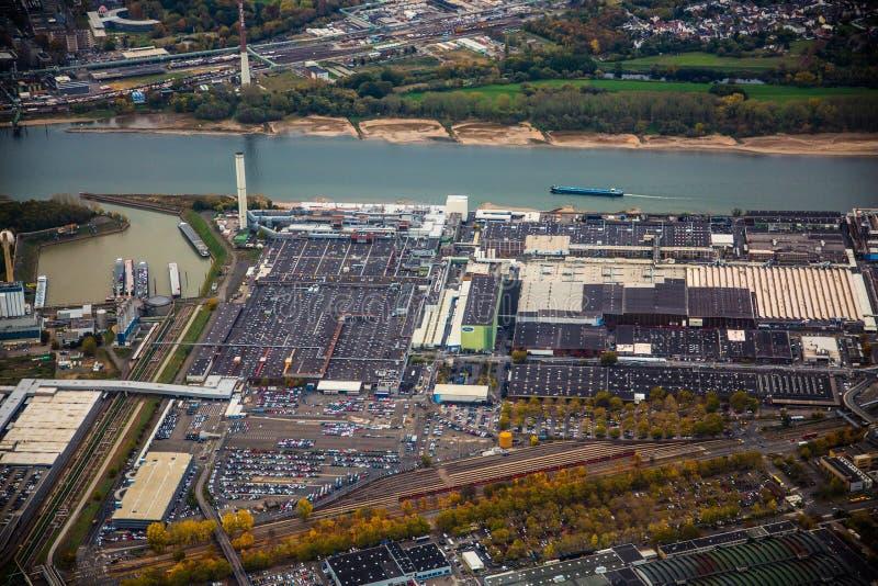 Fabbrica di Ford vicino al fiume il Reno - vista aerea immagini stock libere da diritti