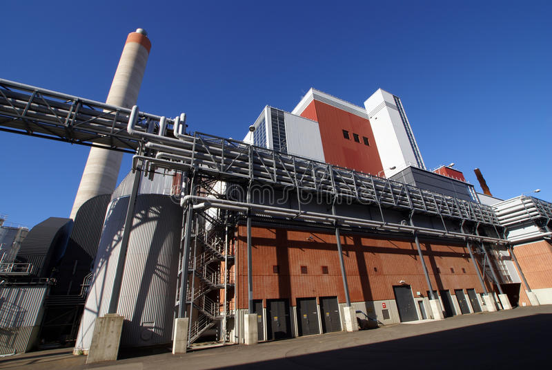 Fabbrica industriale moderna contro cielo blu fotografia stock