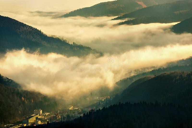 Download Fabbrica Industriale Sotto Le Nuvole Fotografia Stock - Immagine di ozono, tramonto: 30830670