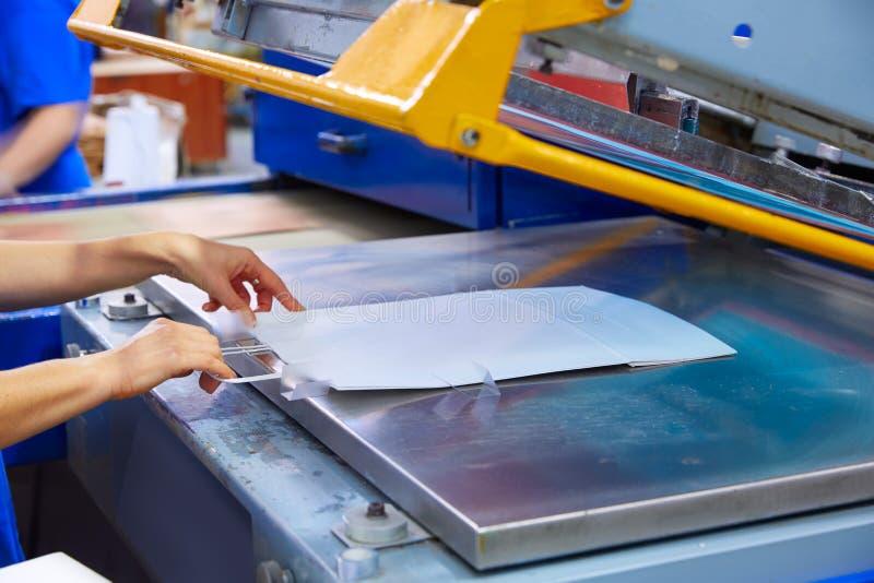 Fabbrica a macchina di stampa delle borse della stampa di serigrafia fotografie stock libere da diritti