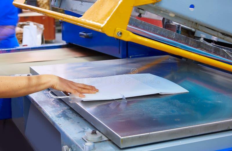 Fabbrica a macchina di stampa delle borse della stampa di serigrafia immagini stock libere da diritti