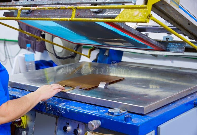 Fabbrica a macchina di stampa delle borse della stampa di serigrafia immagine stock libera da diritti