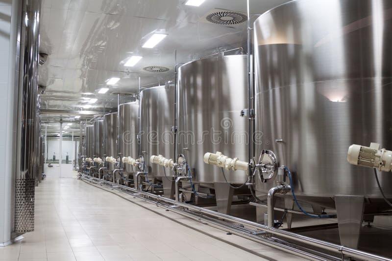 Fabbrica moderna del vino con i carri armati per la fermentazione immagine stock libera da diritti