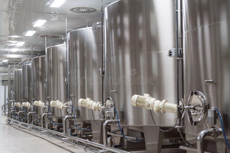Fabbrica moderna del vino con i grandi carri armati per la fermentazione fotografia stock