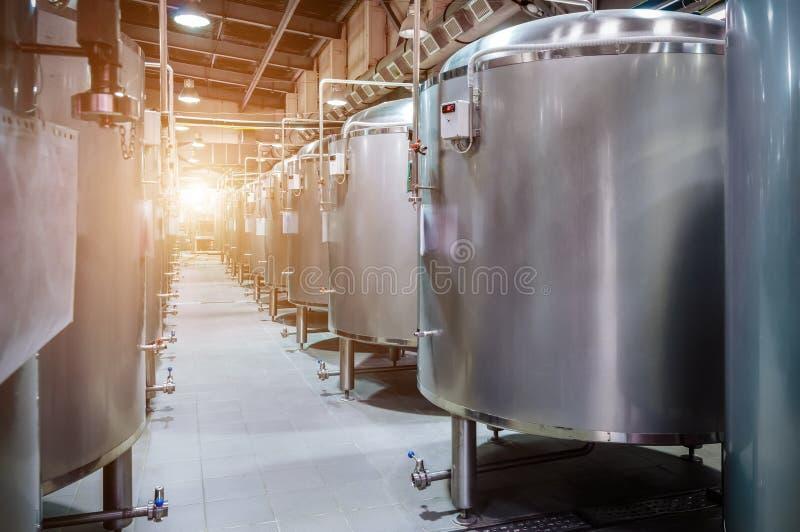 Fabbrica moderna della birra Piccoli serbatoi di acciaio per fermentazione di birra fotografia stock