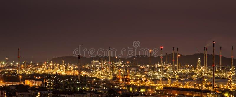 Fabbrica nella notte, centrale petrolchimica della raffineria di petrolio fotografia stock libera da diritti