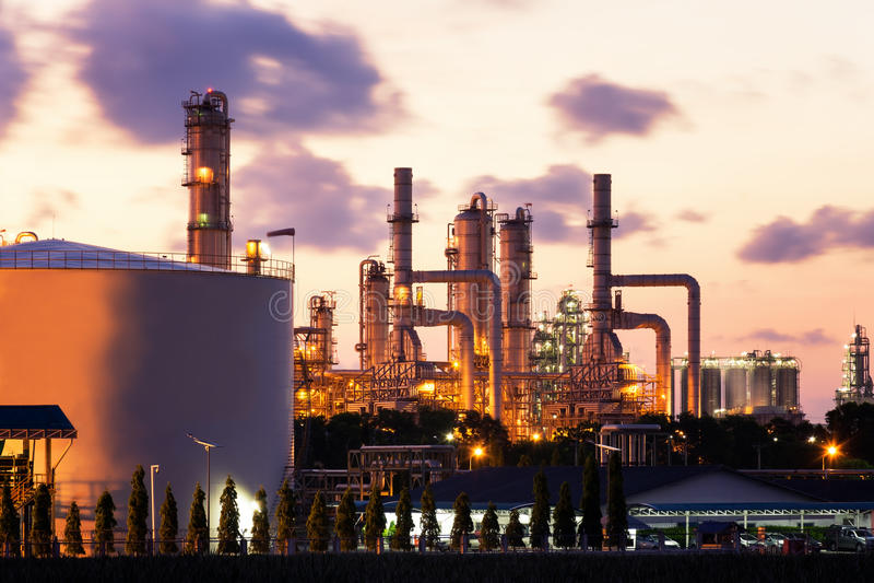 Fabbrica a penombra, centrale petrolchimica, petrolio, industria chimica della raffineria di petrolio fotografia stock libera da diritti