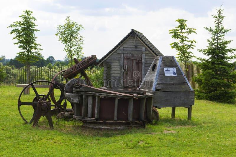 Fabbricati agricoli di legno di legno del paesaggio del fondo vecchi nel parco del museo dei mestieri antichi Dudutki immagine stock