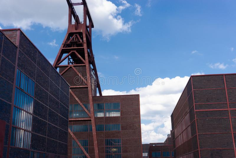 Fabbricati industriali con una torre dell'asse in una precedente zona industriale fotografie stock