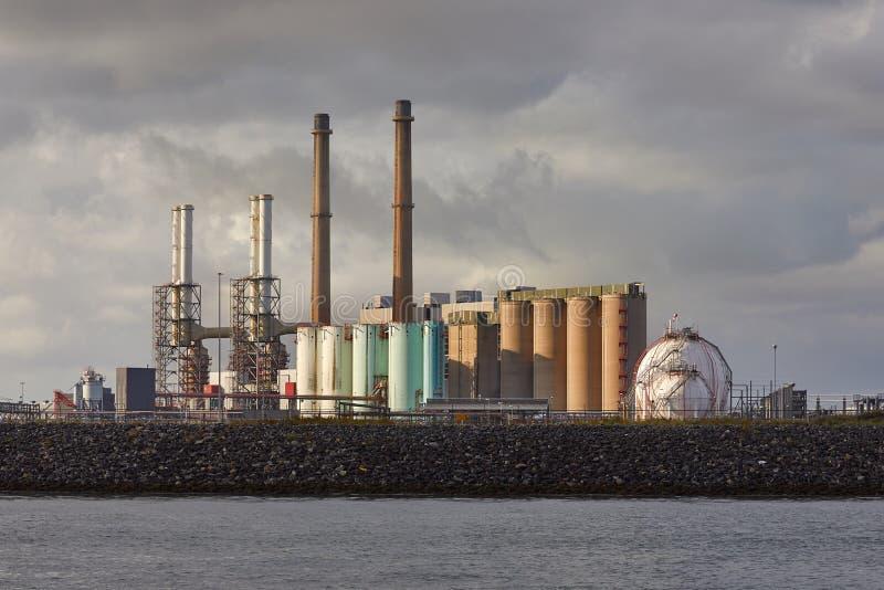 Fabbricati industriali sulla riva fotografie stock