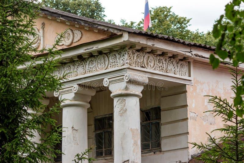Fabbricato annesso con le colonne della proprietà di Avchurino di 18-19 secoli vicino a Kaluga immagini stock libere da diritti