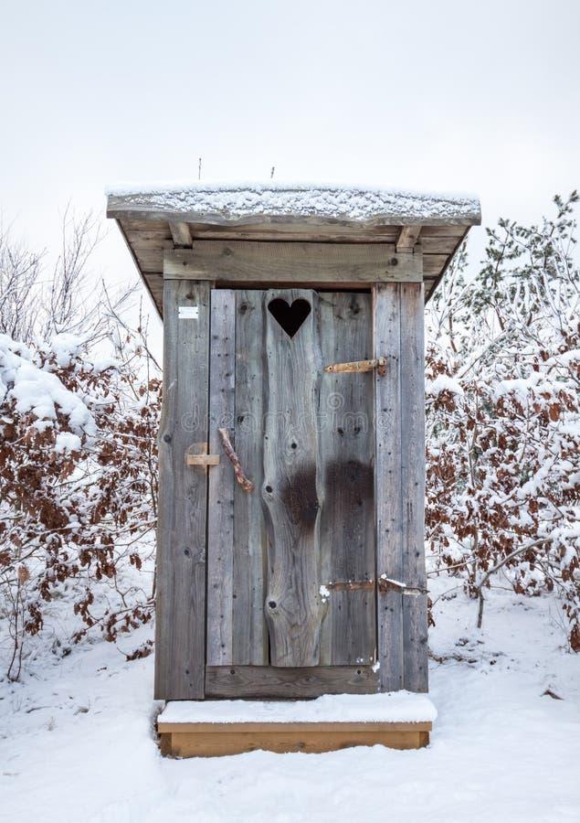 Fabbricato annesso in neve fotografia stock libera da diritti