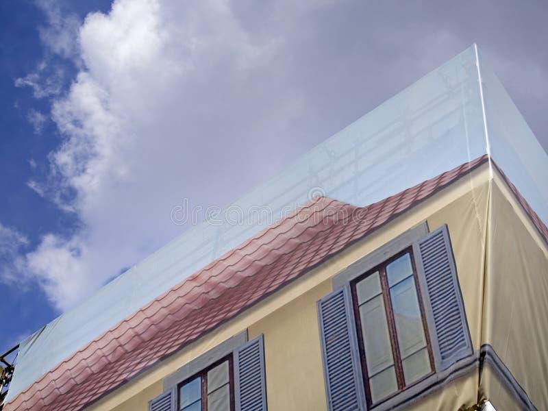 Fabbricato di copertura con le finestre di falsificazione for Decorazione finestre