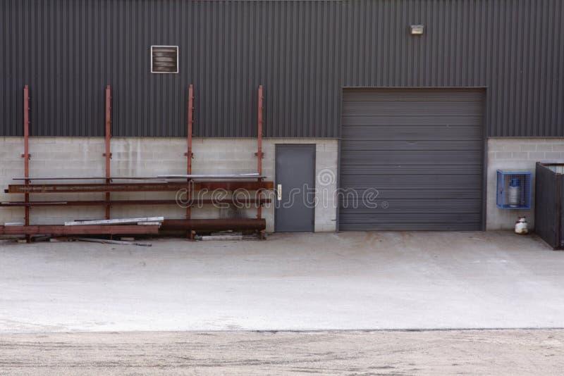Fabbricato industriale del portello di caricamento fotografia stock libera da diritti