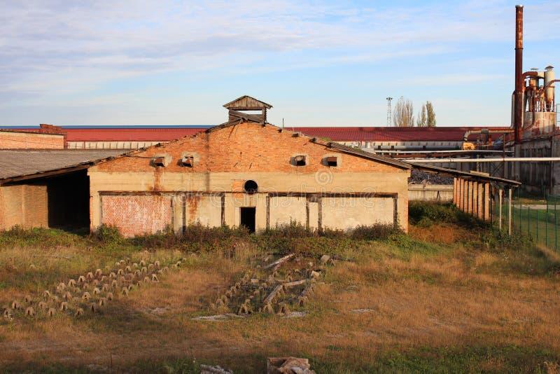 Fabbricato industriale demolito del mattone immagini stock