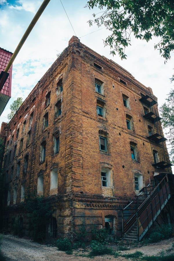Fabbricato industriale rovinato abbandonato del mattone rosso in samara, Russia, esterno bruciato rotto della fabbrica fotografia stock libera da diritti