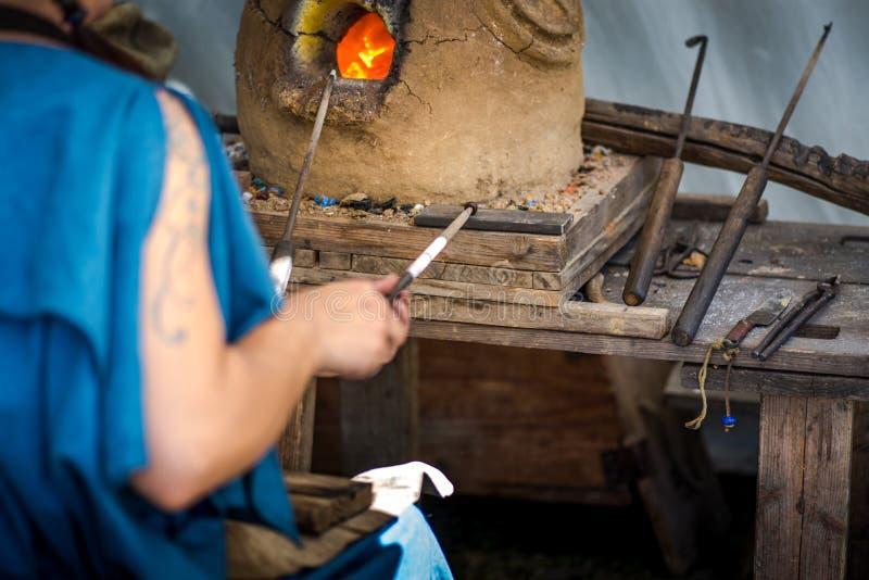 Fabbricazione dei gioielli antichi di vetro di stile immagine stock libera da diritti