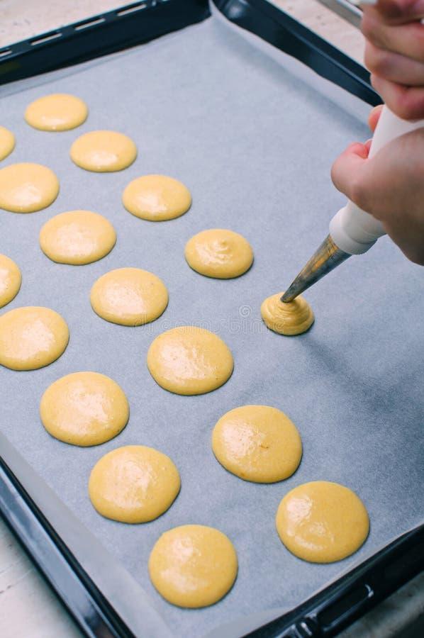 Fabbricazione dei macarons fotografia stock