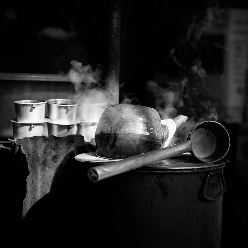 Fabbricazione del caffè americano degli strumenti fotografia stock
