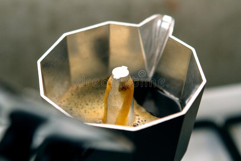 Fabbricazione del caffè di moka; il vaso è pieno a metà immagine stock