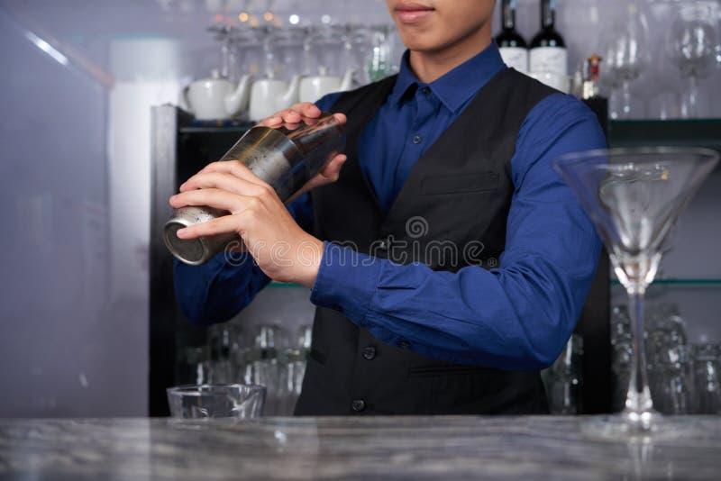 Fabbricazione del cocktail della firma fotografia stock