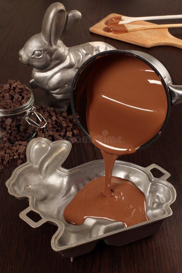 Fabbricazione del coniglietto di pasqua del cioccolato immagine stock