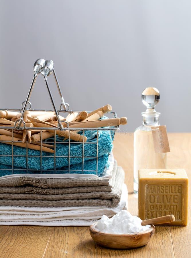 Fabbricazione del detersivo casalingo di lavaggio con gli ingredienti naturali per i vestiti puliti fotografia stock libera da diritti